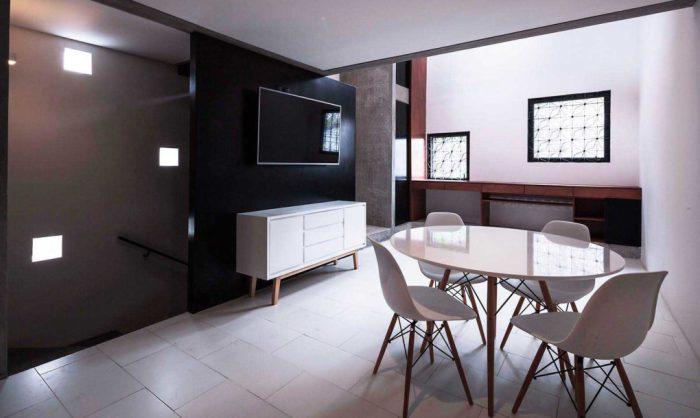 Дешевые материалы, такие как бетон и дерево, в сочетании с белым дают потрясающий интерьер.