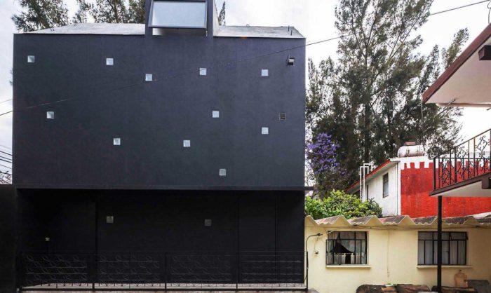 Дом проекта Xomali House удачно вписывается в габариты соседских домов.