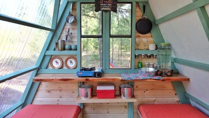 Интерьер дома весьма незамысловат: две кровати и рабочая поверхность кухни.