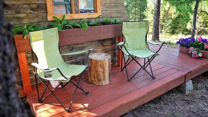 Раскладные стулья на помосте для отдыха.