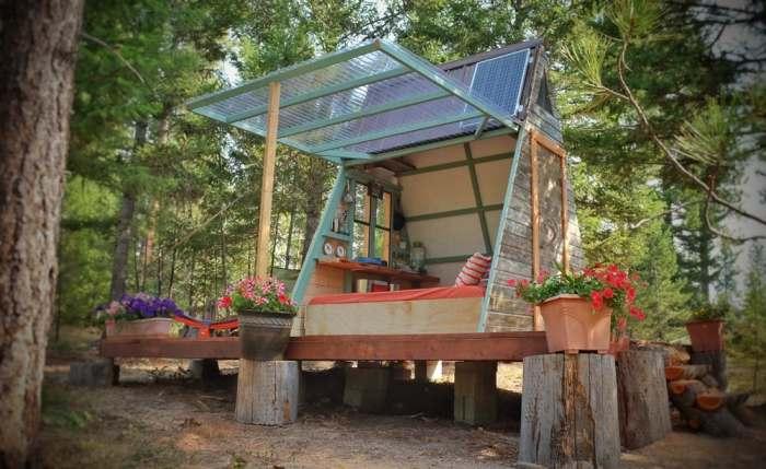 Уютный домик стоит в окружении цветов.