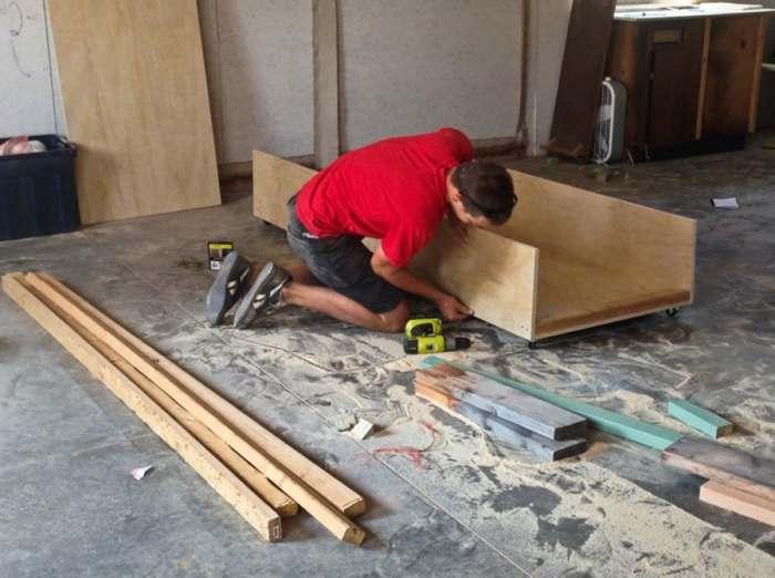 Процесс сборки отдельных элементов домика.
