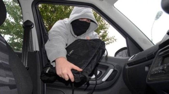 Когда водитель отвлекся, обчистить машину проще простого. | Фото: news.pn.
