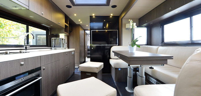 Уютная гостиная дома на колесах STX Mercedes Actros.