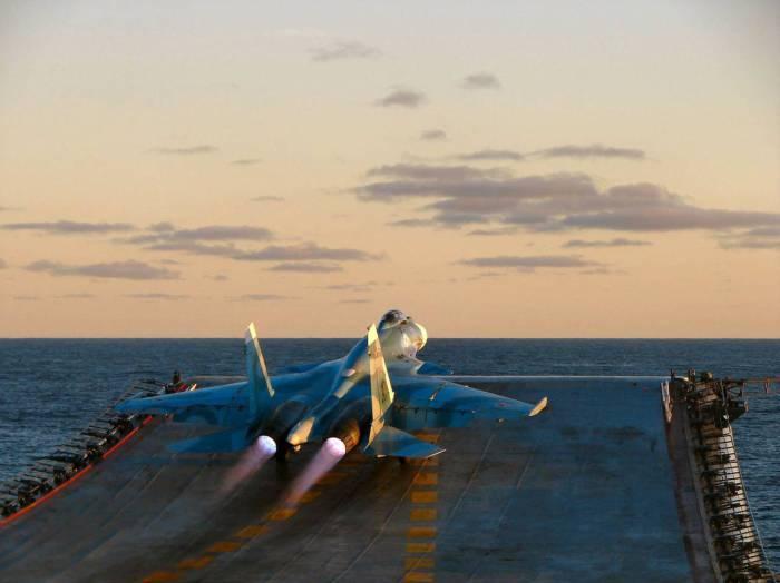 Истребитель Су-27К взлетает с палубы российского авианосца.