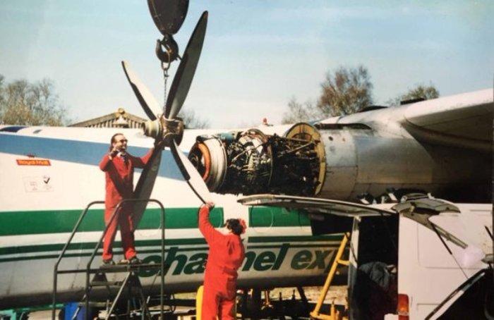 Демонтаж винта с двигателя самолета Dart Herald.