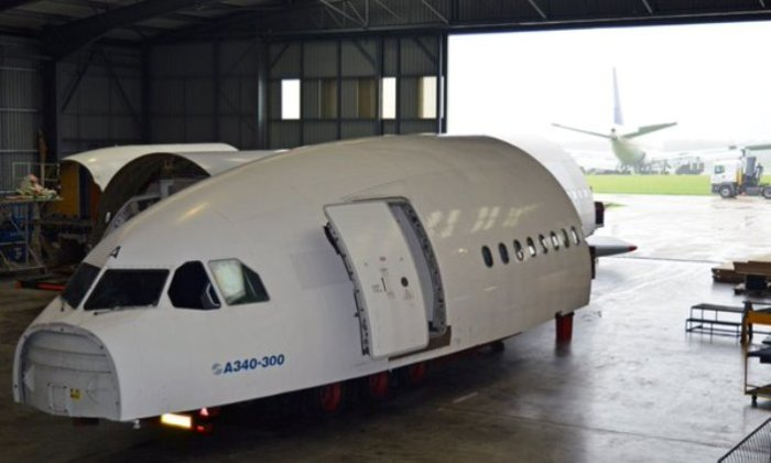 Кабина пилотов огромного авиалайнера Airbus A340-300.