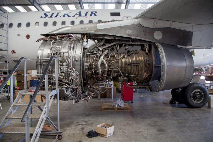 Авиационные двигатели перед снятием с самолета.