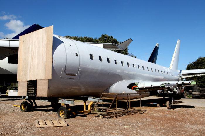 Самолет с отрезанной кабиной пилотов.