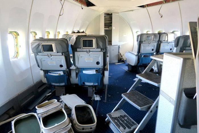 Демонтаж салона самолета.