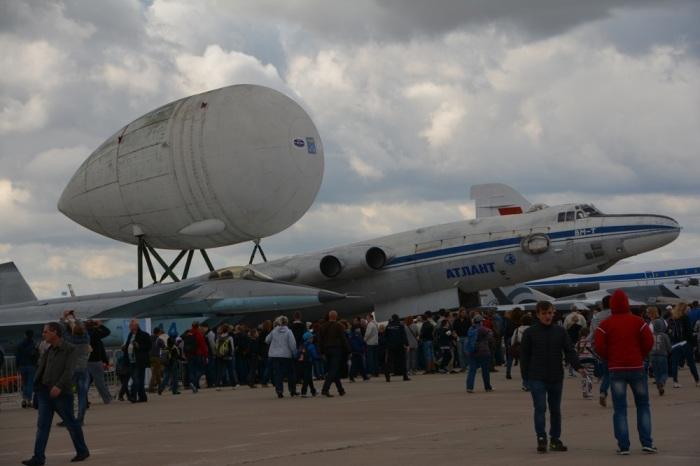 Самолет ВМ-Т с прицепленным грузом на международном авиасалоне МАКС. | Фото: pikabu.ru.