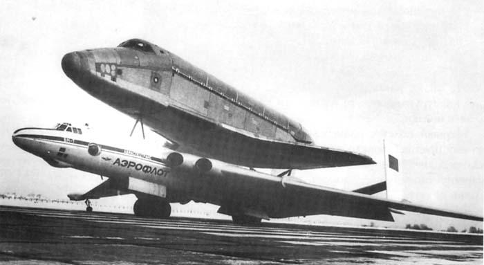 Самолет ВМ-Т с «грузом ОГТ» - фюзеляжем космического челнока «Буран». | Фото: airwar.ru.