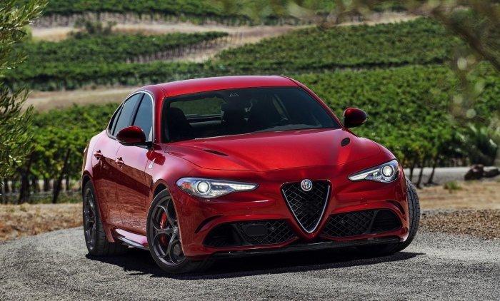 Динамичный итальянский седан Alfa Romeo Giulia Quadrifoglio.