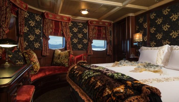 Спальная каюта яхты Amphitrite выполнена в стиле лучших отелей мира.