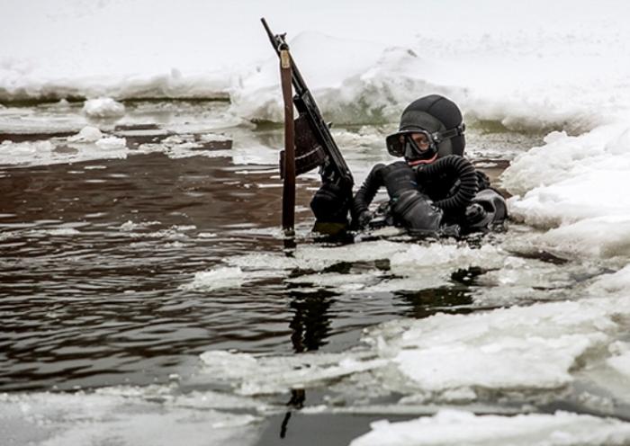 Боец с подводным автоматом.