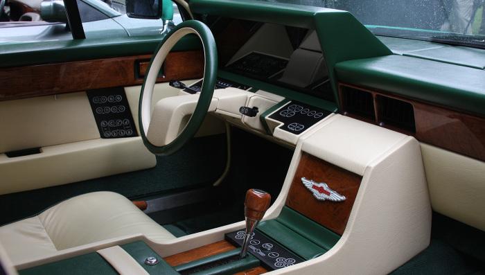 Футуристичный салон Aston Martin Lagonda с бортовым компьютером.