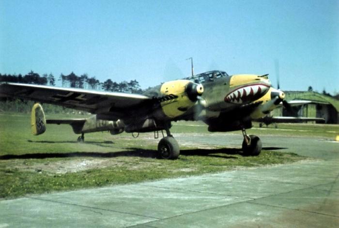 Немецкий истребитель Messerschmitt Bf.110E из состава эскадры ZG 76, только что вернувшейся с Балкан, лето 1941 года. | Фото: waralbum.ru.