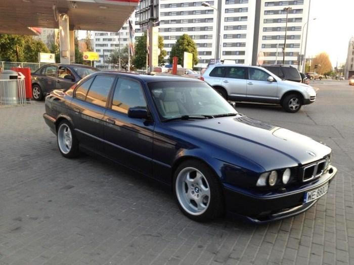 BMW 5 серии считается «эталонной» машиной для бандитов из 90-х. | Фото: youtube.com.