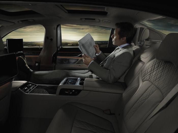 Кому-то салон BMW 7-й серии может показаться слишком комфортным, чтобы ездить за рулем самому.