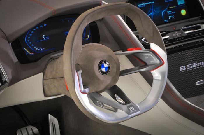 Руль и панель управления нового BMW 8 Series.