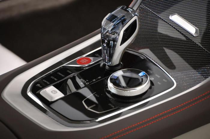Кристалл в рукоятке коробки переключения передач BMW 8 Series.