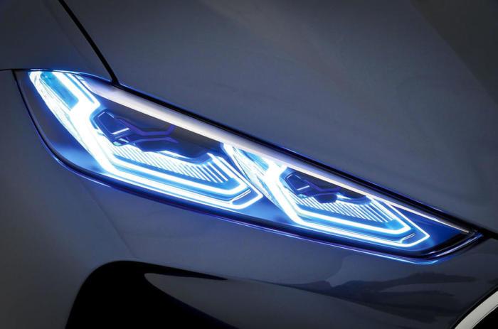 Яркие футуристические фары нового BMW 8 Series.