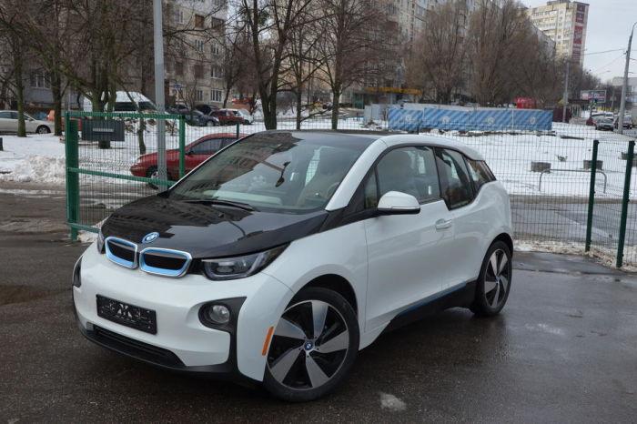 Электрические хэтчбеки BMW i3 выпускаются с 2013 года. | Фото: cars.ua.