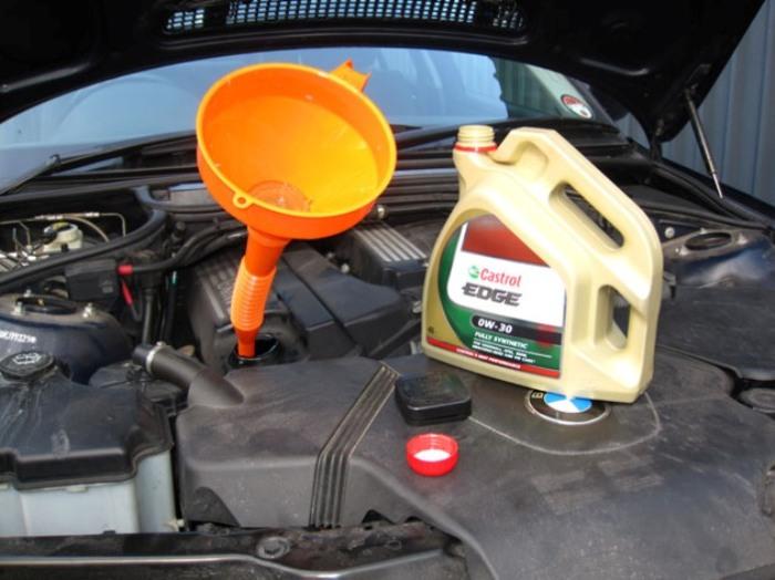 Моторное мало довольно легко заменить своими силами, без посещения СТО. | Фото: filterwrenchrennido.blogspot.com.
