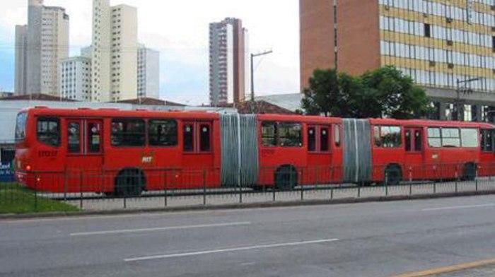 Самый длинный автобус в мире ездит в центре Африки.