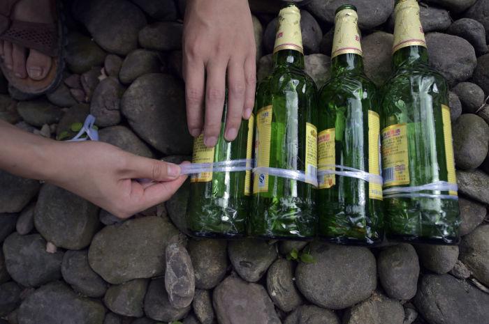 На начальном этапе бутылки фиксируются друг с другом. | Фото: popularmechanics.com.