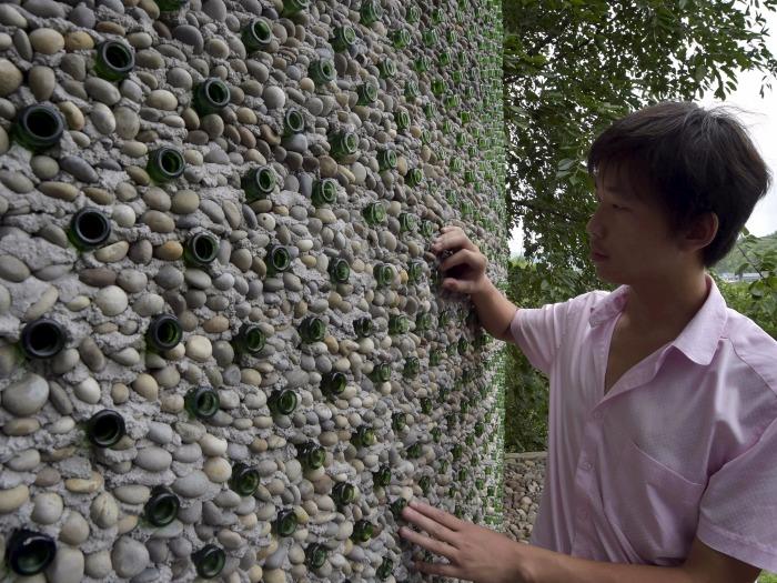 Здание построено из камней, цемента и пивных бутылок. | Фото: businessinsider.com.