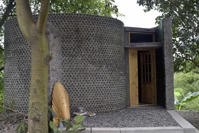 Офис из бутылок площадью  кв. метров. | Фото: projects.archiexpo.com.