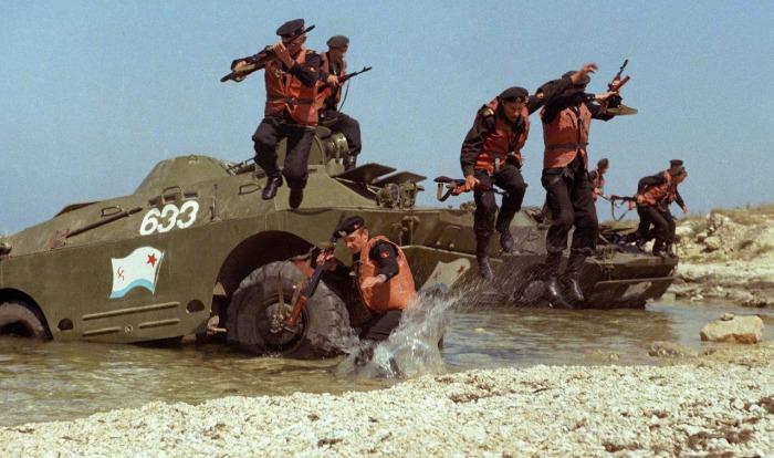 Морские пехотинцы десантируются с БРДМ-2. | Фото: автогурман.com.