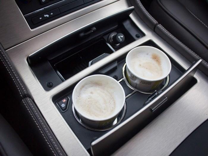 Крутые подстаканники с подогревом на внедорожнике Cadillac Escalade. | Фото: motorpage.ru.