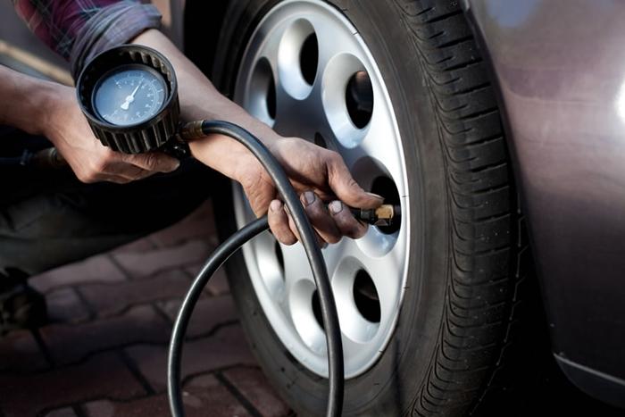 Проверка давления в покрышках. | Фото: blog.hipervarejo.com.br.
