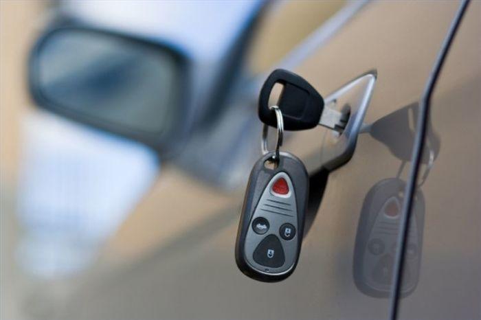 Забыв ключи, телефон или сумку в автомобиле, водитель сам привлекает воров.