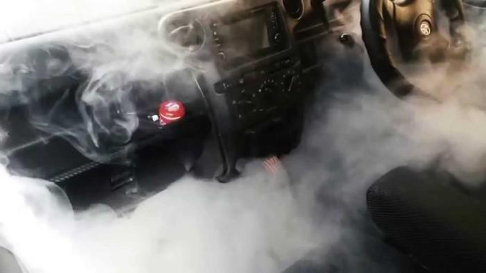 Задымленный салон легкового автомобиля. | Фото: youtube.com.