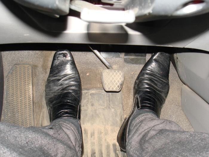 Педальный узел автомобиля с механической коробкой передач. | Фото: drive2.ru.