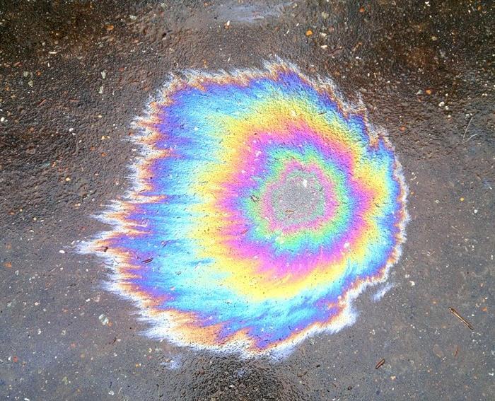 «Радуга» от бензина на мокром асфальте. | Фото: alexey-donskoy.livejournal.com.