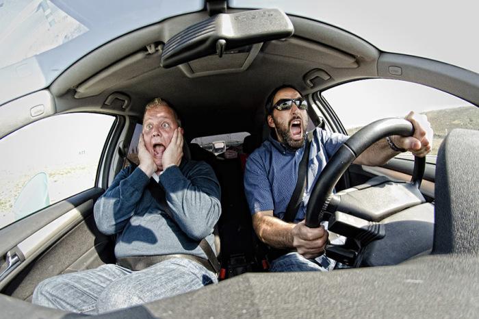 У любители быстрой езды автомобили быстрее выходят из строя.   Фото: readpicture.ru.