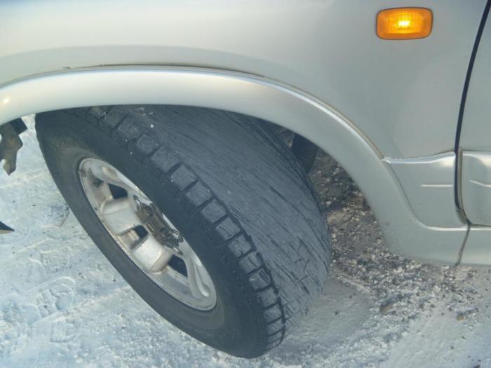 Использование «лысой» резине может завершиться аварией.   Фото: news.ykt.ru.