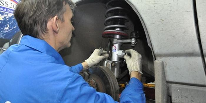 Своими силами, без визита на СТО, ремонт подвески сделать довольно сложно. | Фото: jrepair.ru.