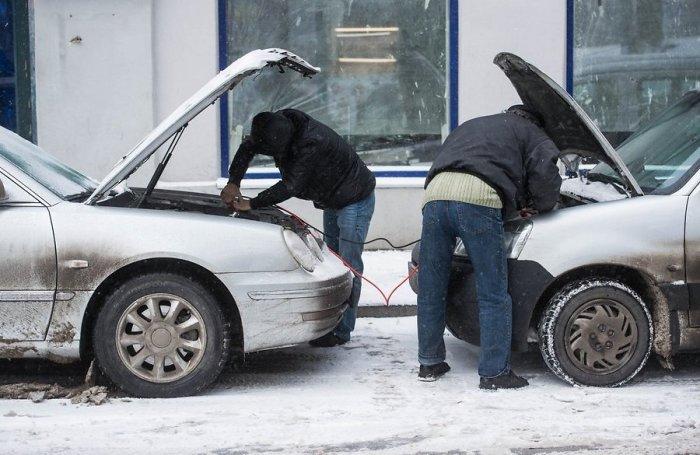 Нередкая картина зимой, когда водители «прикуривают» машину с «умершим» аккумулятором. | Фото: akb-plus.com.