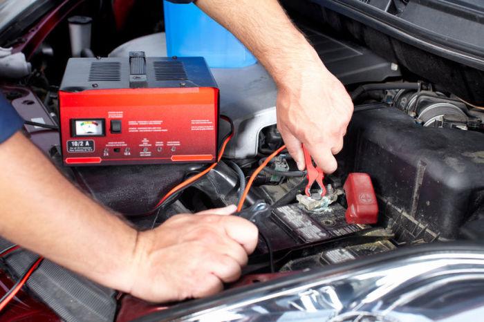 Использование зарядного устройства для автомобильного аккумулятора.