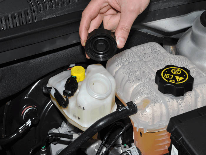 Уровень тормозной жидкости упали ниже минимальной отметки. | Фото: zr.ru.
