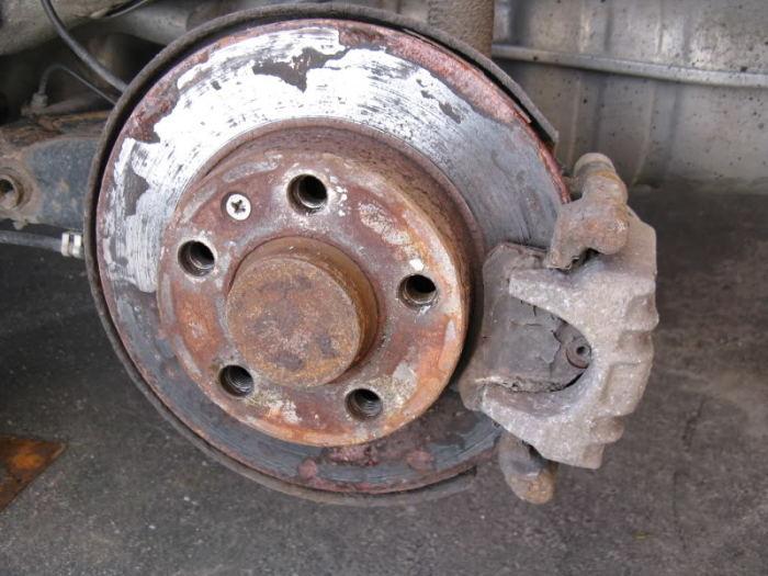 Износившийся дисковый тормоз легкового автомобиля.