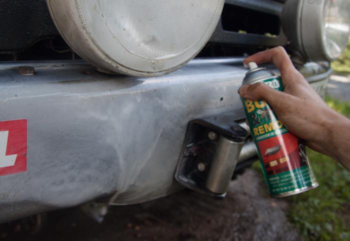 Для начала хорошенько очищаем бампер, чтобы при дальнейшем ремонте мусор не въелся в материал. | Фото: abro-ind.ru.