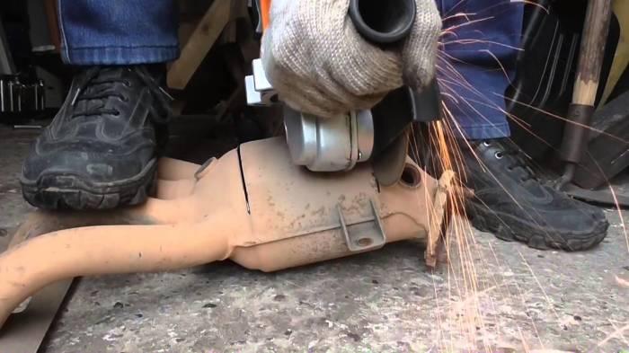 Основной способ ремонта катализатора, когда закончила гарантия на машину – срезать его болгаркой. | Фото: youtube.com.