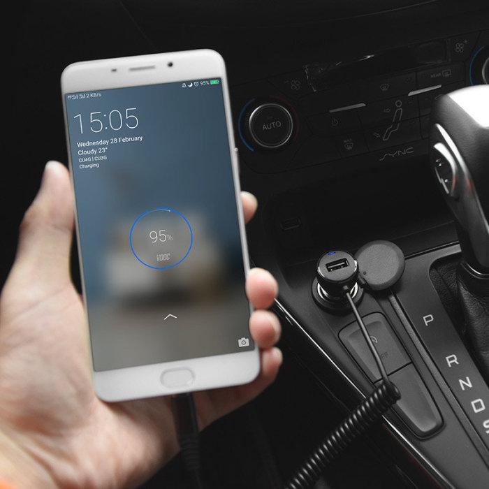 Зарядное устройство смартфона можно подключить к прикуривателю. | Фото: smartplus.by.