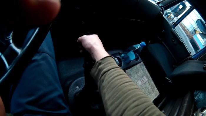 Своевременное переключение передач позволяет прилично экономить на топливе. | Фото: youtube.com.